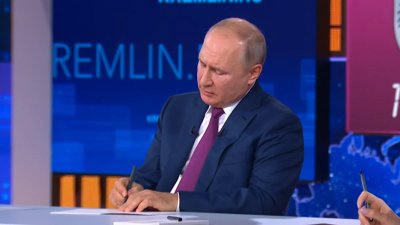 Президент Российской Федерации Владимир Путин во время прямой линии ответили на вопрос Натальи Скорыниной из Челябинска