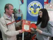 Директор Детско-юношеского клуба Сулимов С.Г. Вручает грамоту А.Григорьевой.